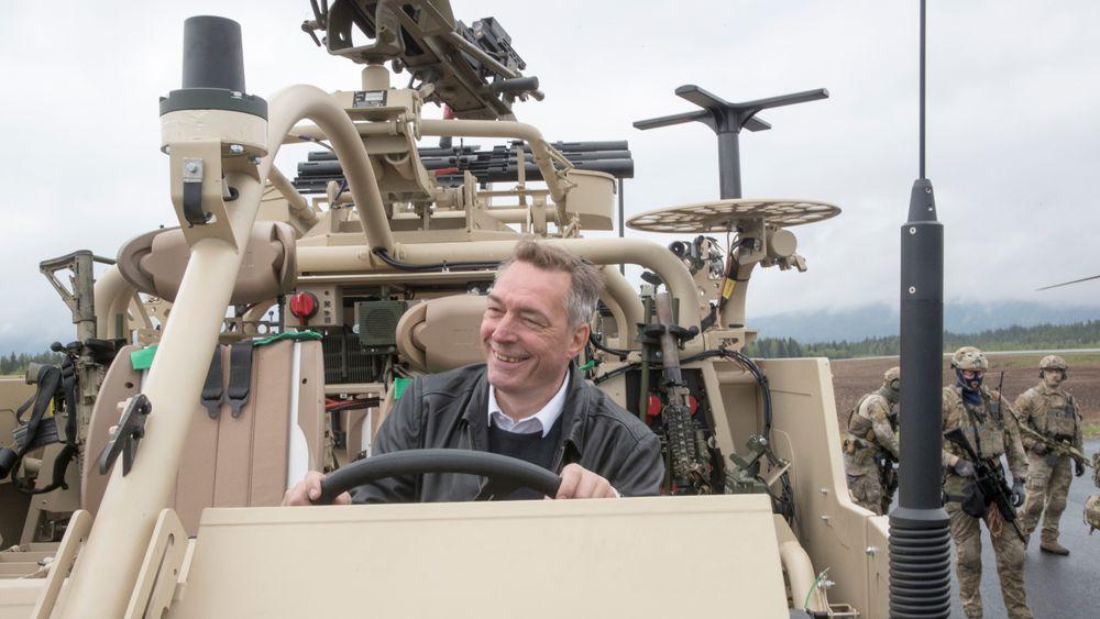 Forsvarsminister Frank Bakke-Jensen (H) på besøk på Rena leir.