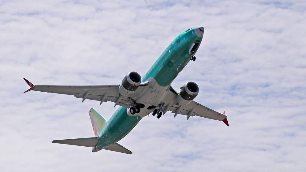 Et av Boeing 737 MAX-fly på vingene. Nå har amerikanske luftfartsmyndigheter funnet nok en sikkerhetsrisiko som vil skyve på når flytypen igjen kan settes inn i kommersiell trafikk.