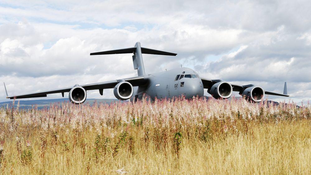 En C-17 Globemaster lander for første gang på flystripa på Rena leir i 2013.