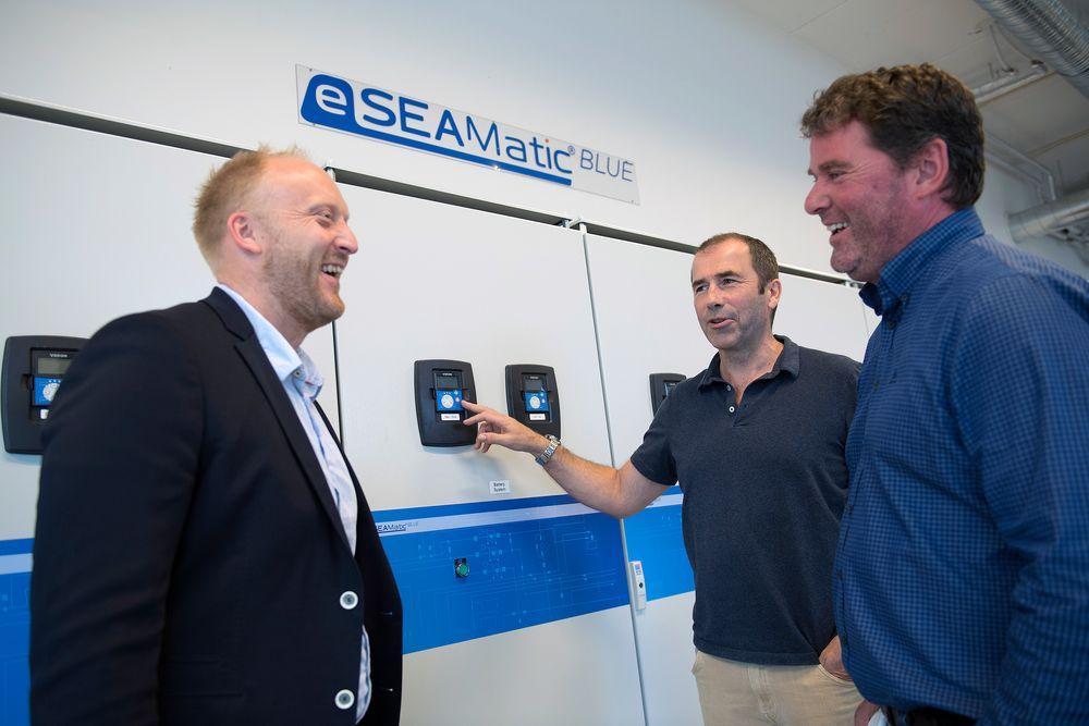 Westcon og katapult åpner hybridlab. Daglig leder Willie Wågen i Sustainable Energy sammen med prosjektleder Pål G. Eide og daglig leder Gunvald Mortved i Westcon Power & Automation.
