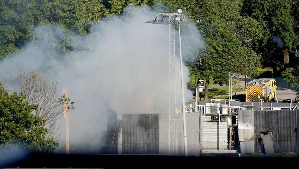 Røyk og damp steg opp fra Uno-X-stasjonen i Sandivka i Bærum etter eksplosjonen 10. juni.