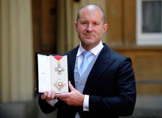 Jonathan Ive ble i 2012 slått til ridder for sitt bidrag til designfaget. Utmerkelsen fikk ham av dronning Elisabeth II under en høytidelig seremoni på Buckingham Palace.