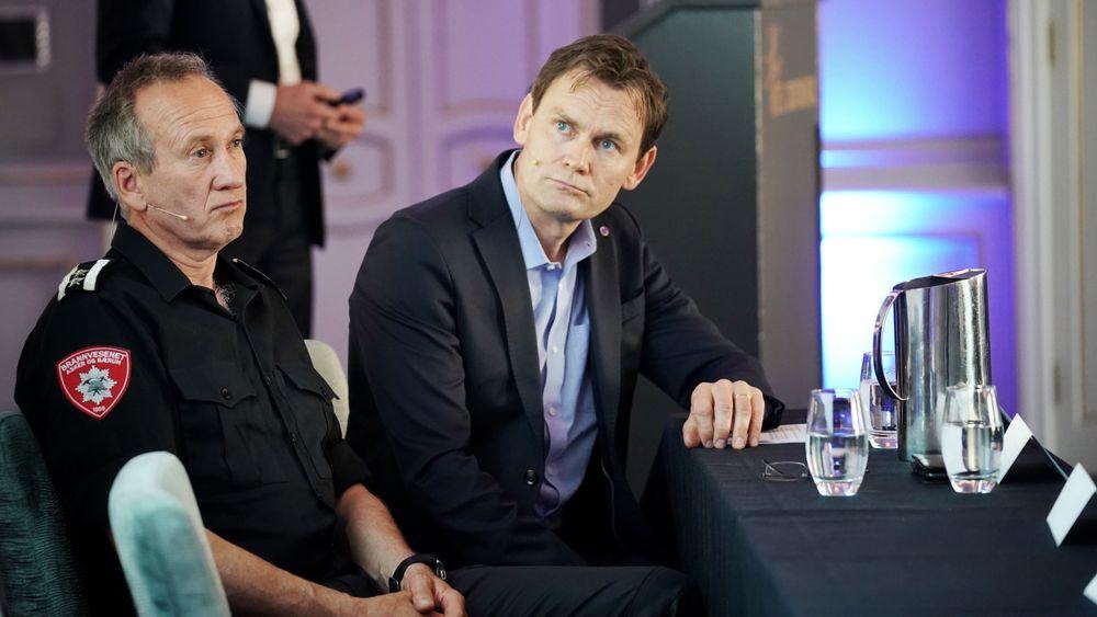 – Det vi hadde implementert, trodde vi var godt nok, sa Nel-sjef Jon André Løkke (t.h.) på pressekonferansen fredag. Til venstre innsatsleder ved Asker og Bærum brannvesen, Sverre Junker.