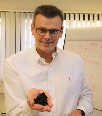 Asgeir Wien leder innovasjonsavdelingen til Scanship. Her har han biokull fra testanlegget i Revetal  i hånda.