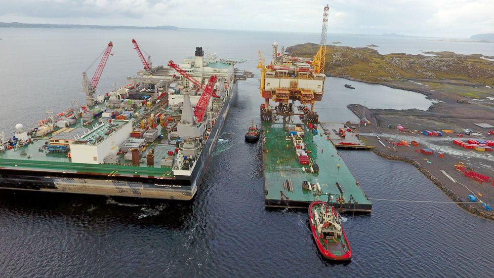 Stor operasjon: Her har skipet «Pioneering Spirit» nettopp løftet Yme over på lekteren. AS Heldal & Co er majoritetseier i Lutelandet Offshore AS som driver anlegget. Heldal er en industrientreprenør med hovedkontor på Tysnes som opererer langs kysten med store kunder som Framo, Mongstad og Saga Fjordbase. Jim Heldal og Jan Haukedalen er største aksjonærer.