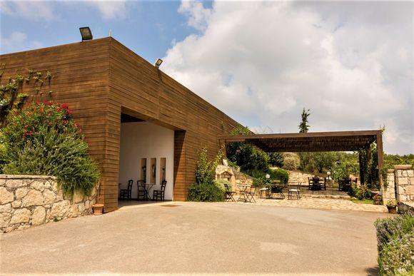 Lyrarakis' vinkjeller åpen for publikum åpnet i 2008. Den ligger i Psarades-vinmarken.