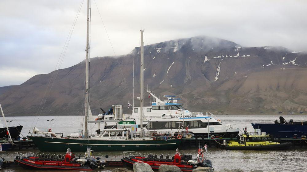 Småbåttrafikken rundt Svalbard er sterkt økende. Aurora Explorer i bakgrunnen.