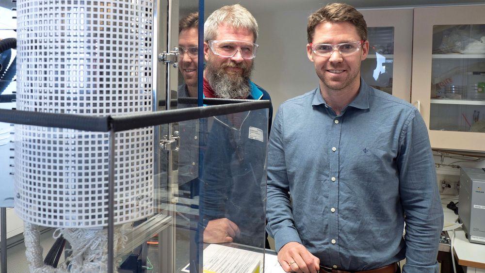 Ragnar Strandbakke (til venstre) og Einar Vøllestad er de første som har fått til å produsere hydrogen i industriell skala med vanndamp under høyt trykk. Resultatene ble nylig publisert i Nature Materials.