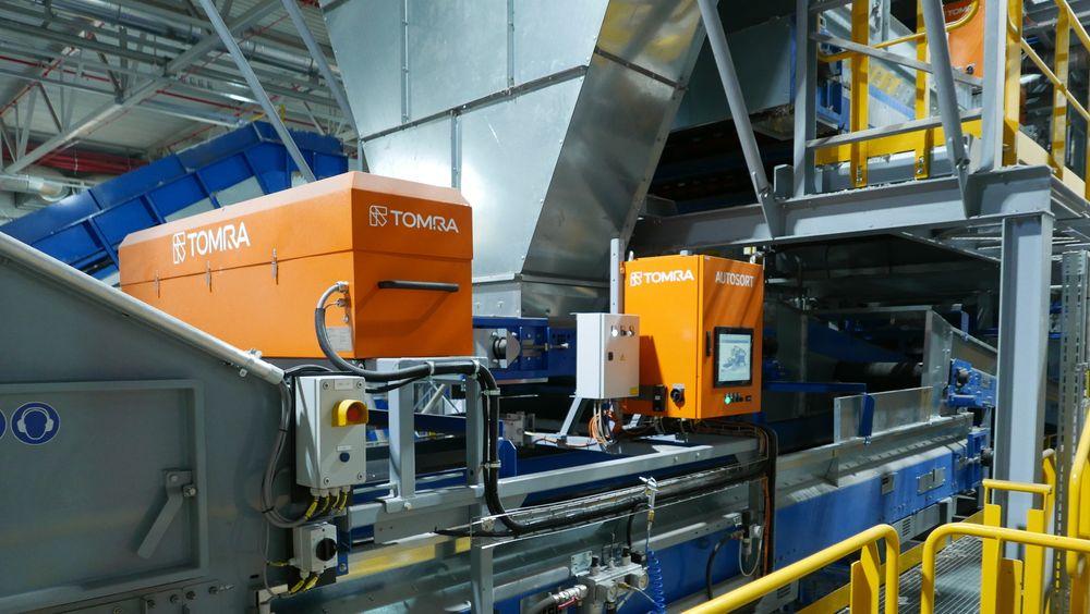I sorteringshallen til IVAR på Forus i Stavanger skilles plast, metall og papir ut fra restavfallet automatisk, ved hjelp av NIR-maskiner fra norske Tomra.