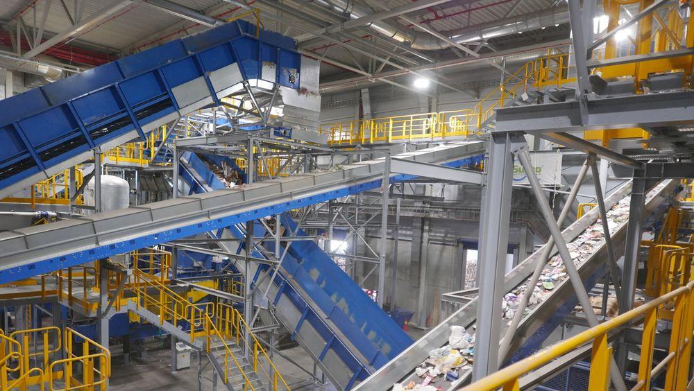 Nær infrarødt-maskiner sorterer ut fem ulike typer plast fra restavfallet.