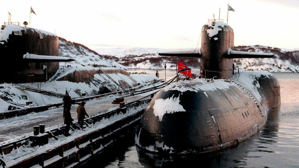 Illustrasjonsbilde: Utrangerte russiske atomubåter ligger til kai i Severomorsk, hvor den russiske nordflåten har sin base. Arkivbilde fra 1. januar 1998.