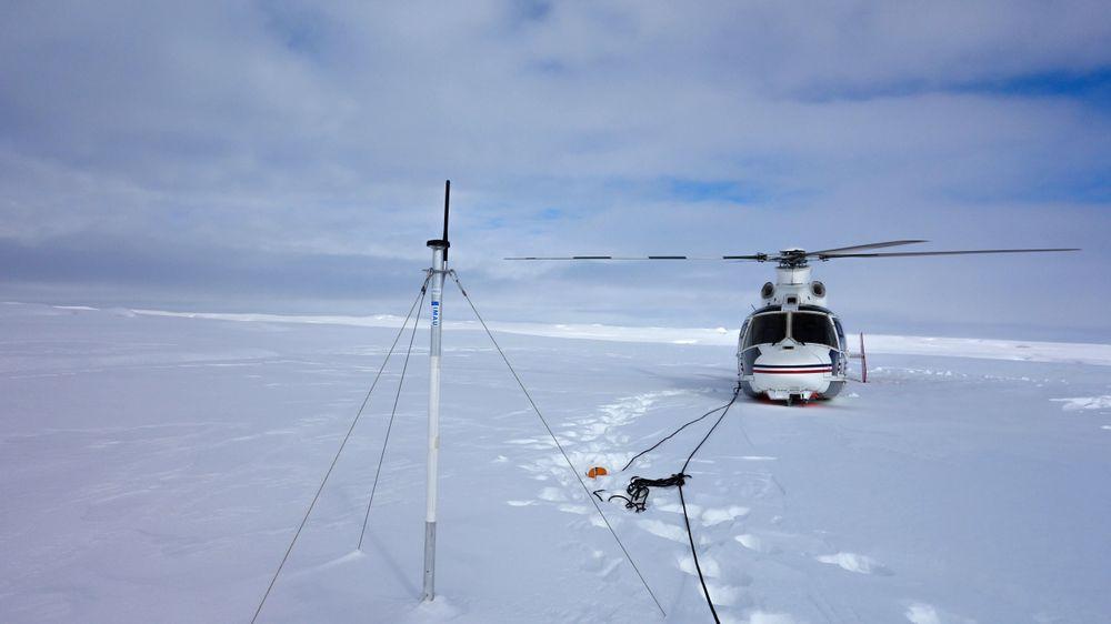 Vedlikeholdsbesøk ved en av GPS-ene i surgeområdet på Basin-3 på Svalbard. Disse observasjonene har gitt opphav til mye forskning. Et av resultatene er artikkelen som nå er publisert i Nature Communications.