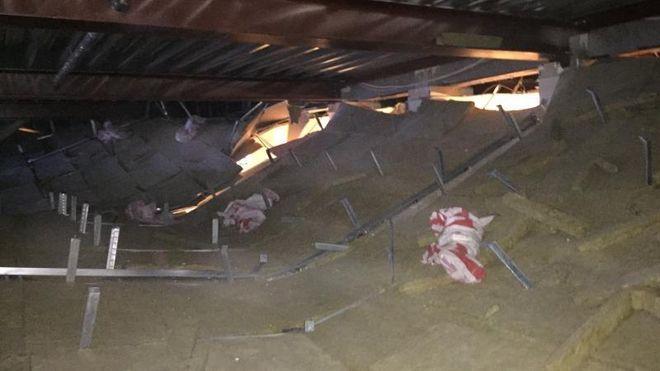 Taket falt ned i rådhuset. Nå har de funnet årsaken: Feilmonterte skruer
