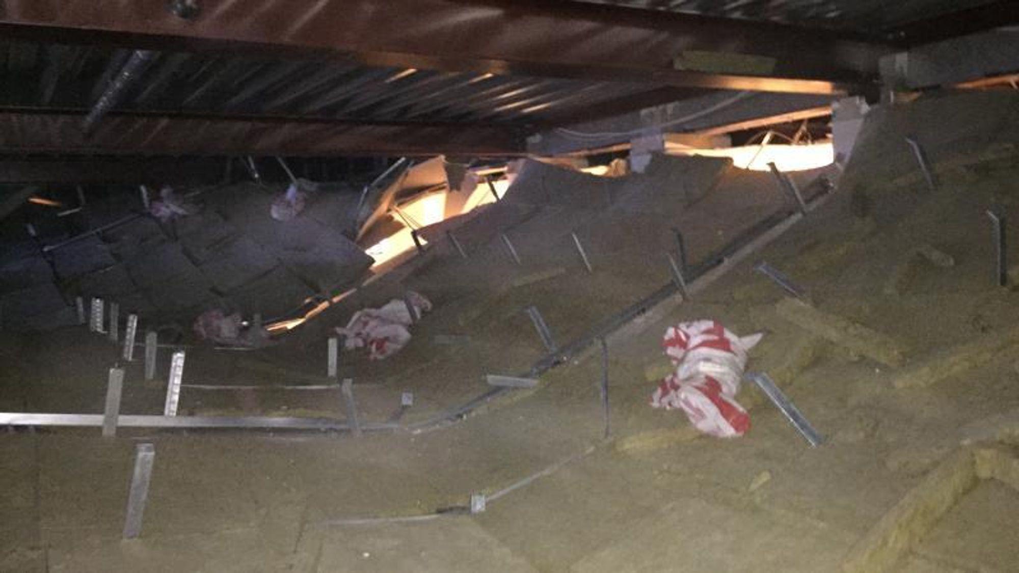 Slik så det ut i servicesenteret på Hvidovre Kommune etter at taket falt ned. Nå er årsaken til at dette skjedde funnet.