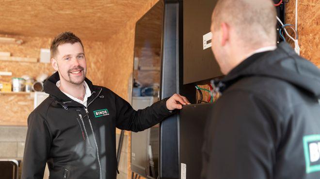 Magnus Vågen har bygget et omfattende energianlegg hjemme. Nå håper han å snart kunne supplere med en toveislader.
