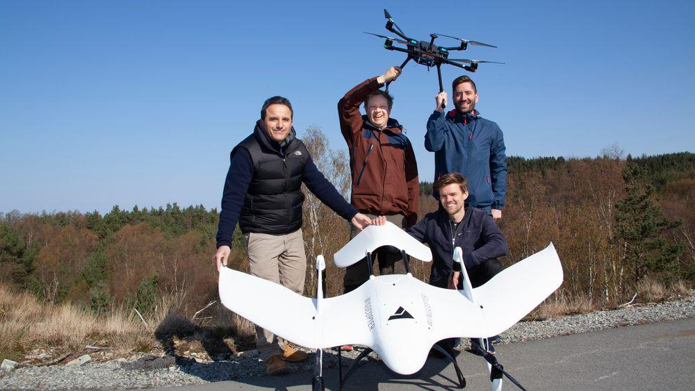 Crewet: – På Tau kan vi teste dronene langt oftere enn før, sier systemarkitekt Steffen Solberg (i midten), flankert av de to dronepilotene Selcuk Yilmaz (t.v) og Jan Evald Fosen, samt robotikkingeniør Sigurd Karolius Holand (sittende)