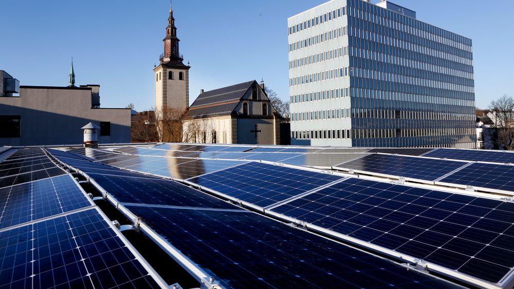 Solceller på tak i Møllergata, Oslo, i regi av Obos.