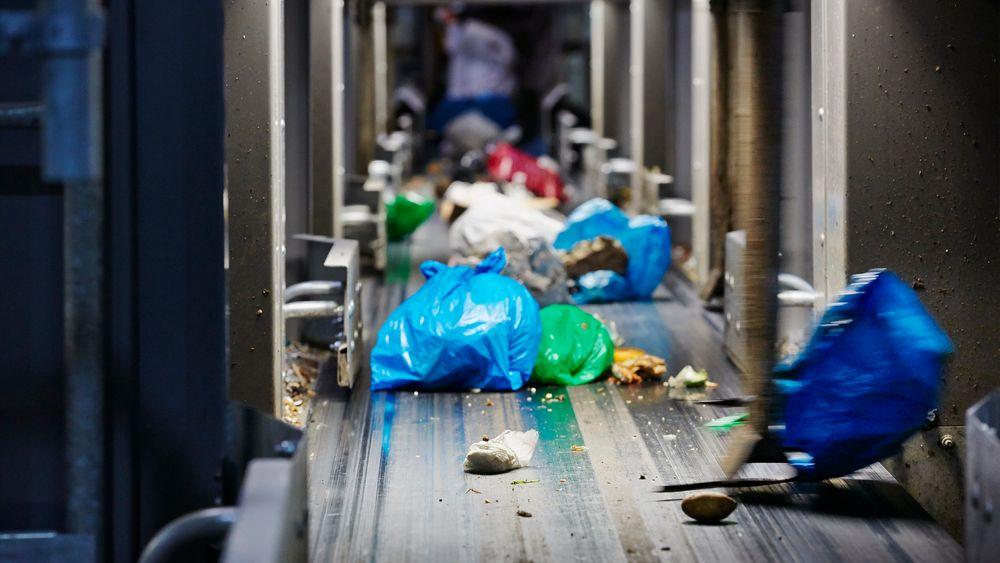På avfallssorteringsanlegget på Klemetsrud i Oslo sorteres posene etter farge og vekt. Dersom produsentene var flinkere til å lage gjenvinnbare produkter, ville mer plast kunne smeltes om og brukes på nytt.