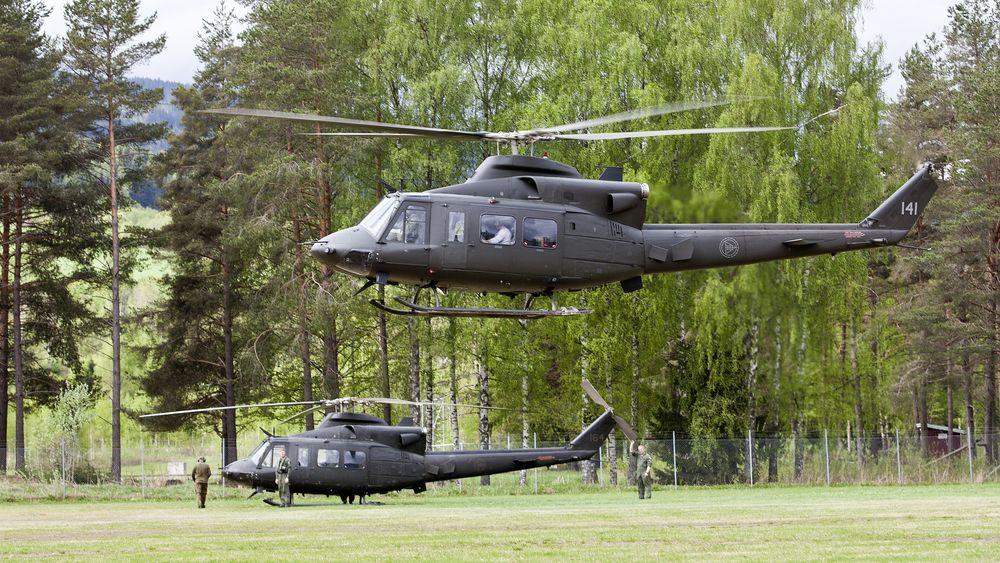 To av Forsvarets Bell 412-helikoptre i forbindelse med at de bisto Politiet med helikoptre under flommen på Østlandet for seks år siden.