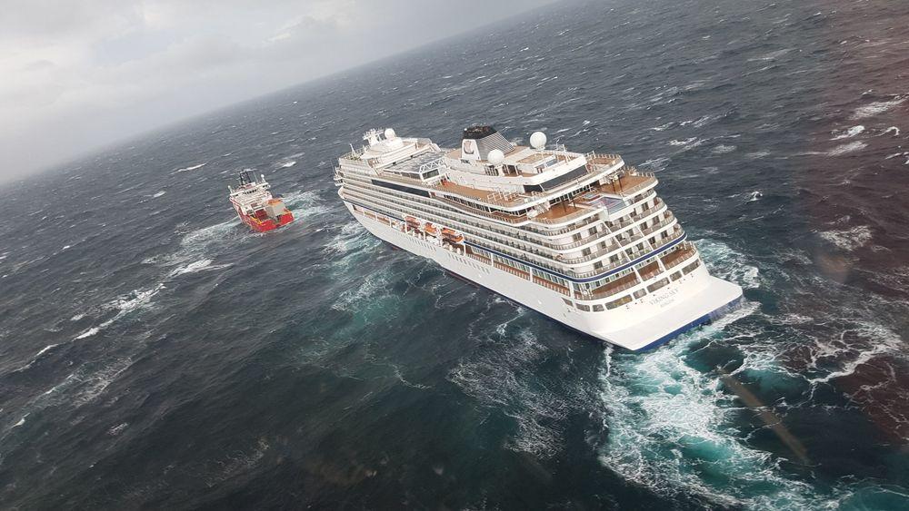 Beredskapsskipet Ocean Response har fått sleper om bord i Viking Sky . Cruiseskipet har også fått start på motorene.