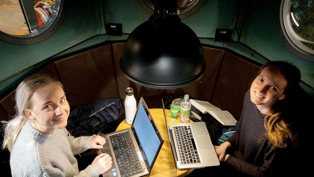 Grupperom: Karoline Skriudalen fra Kongsberg (t.v.) og Mali Olsen fra Molde, synes dataverkstedets tenketank er et godt sted å konsentrere seg om bacheloroppgaven.