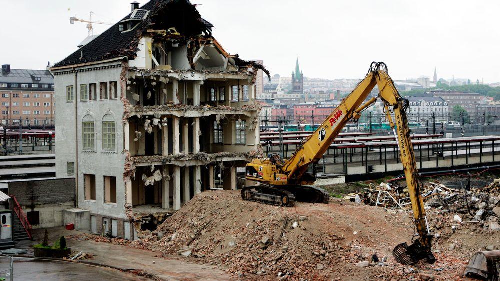 Fra rivningen av den gamle jernbaneskolen på Tomtekaia i Oslo i 2005.