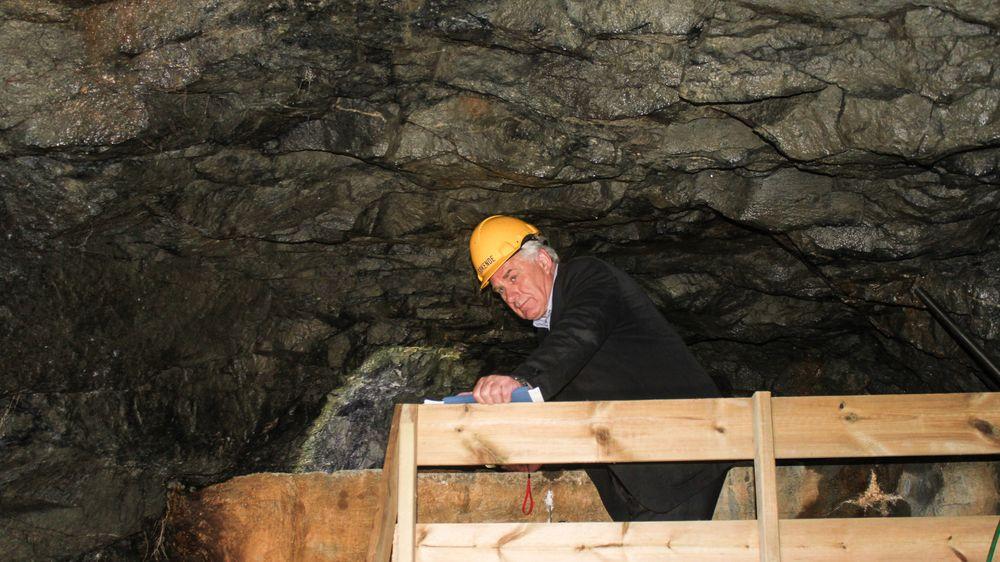 Varaordfører Bård Espelid i Askøy kommune inne i det nå tømte høydebassenget på Øvre Kleppe på Askøy. Før byggingen i 1965 ble kommunen advart mot løsningen.