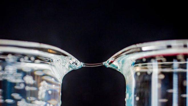 Ville ideer om vann: Kan det være to materialer?