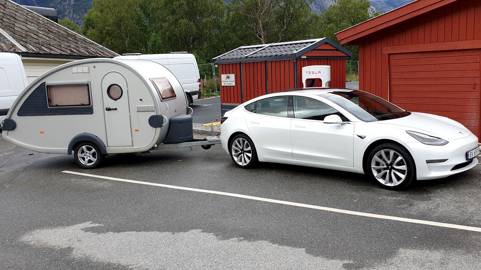 Slik fungerer Tesla Model 3 med campingvogn Tu.no