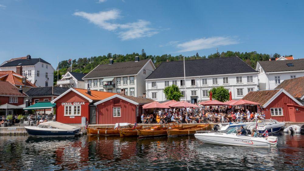 Sol, sommer og bryggeliv i Kragerø. Organisasjonen Av-og-til ber båtfolket vise både godt sjøvett og godt alkovett.