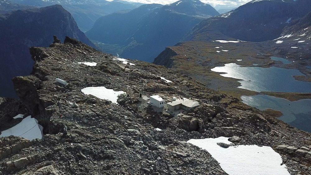 Dronebilde fra fjellområdet Mannen