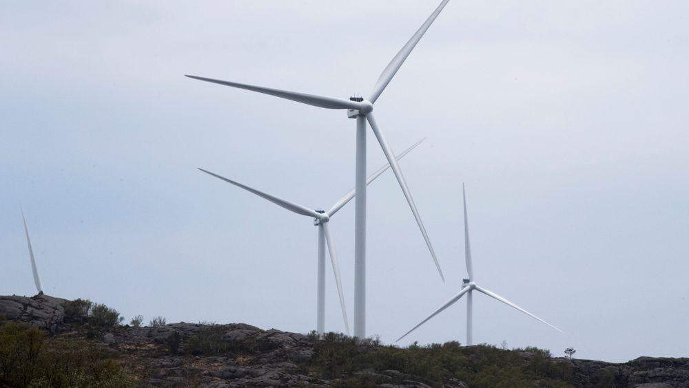 Vilkårene for vindkraftutbygging skal strammes inn, sier olje- og energiminister Kjell-Børge Freiberg (Frp).