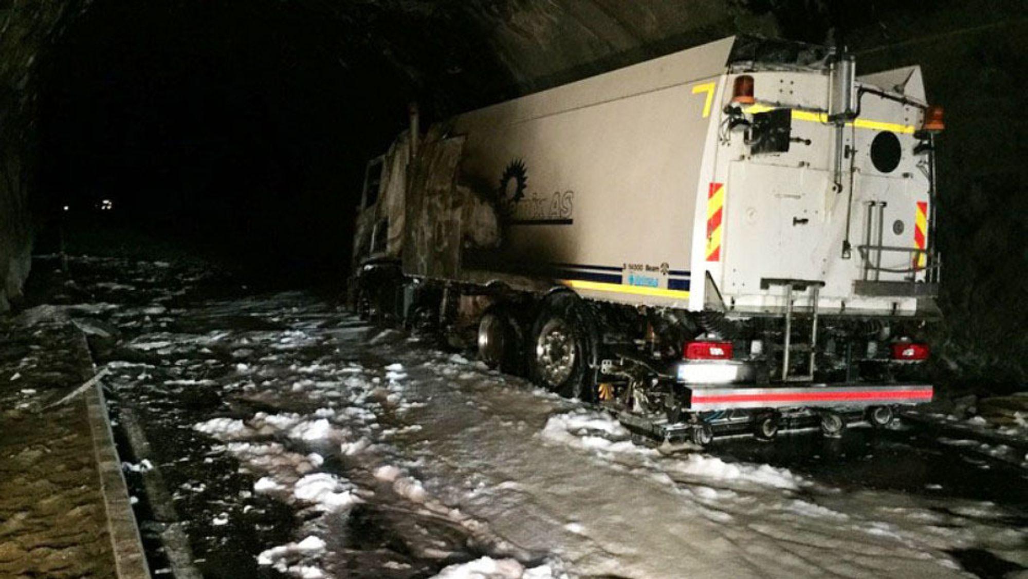 Vraket av feiebilen som tok fyr inne i Fjærlandstunnelen i Sogn.