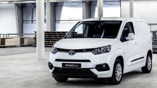 Endelig kommer Toyota med en elektrisk utgave: Varebil kommer for salg neste år