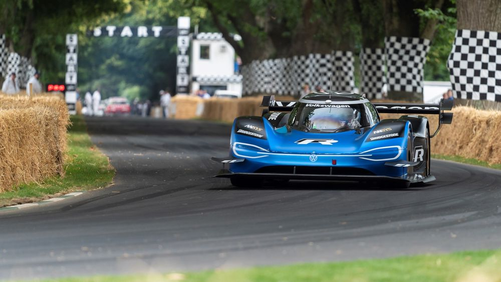 Romain Dumas i første kurve i bakkeløpet Goodwood Festival of Speed.