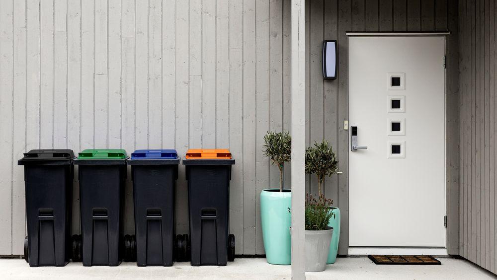 Ålesund endte opp med grønn dunk til matavfall, blå til papir, oransje til glass og metall og grå til restavfall. Når det kommer en felles norm kan de bli nødt til å bytte igjen.