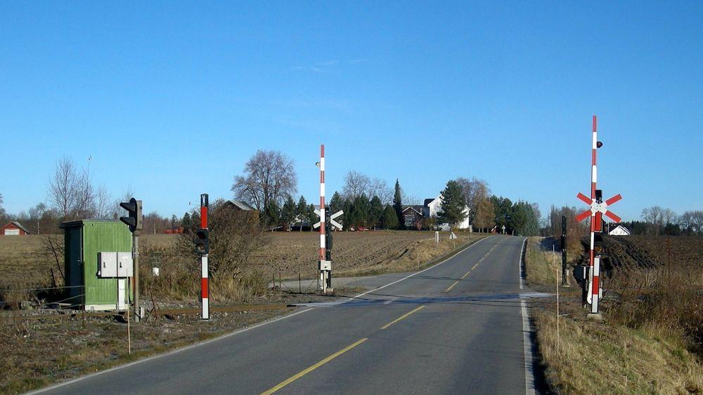 Det finnes 447 planoverganger hvor veitrafikk krysser jernbanen i Norge. Bildet er fra Hørsand planovergang.