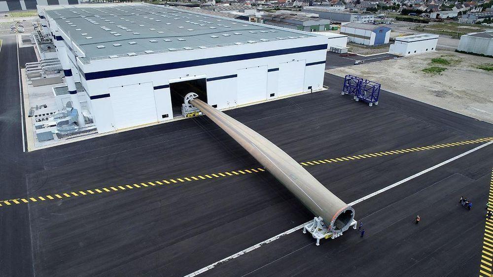 Den gigantiske vingen er støpt hos danske LM Wind Power i Frankrike og siden stresstestet for å sikre at den er motstandsdyktig mot sterk vind i opptil 20 år.