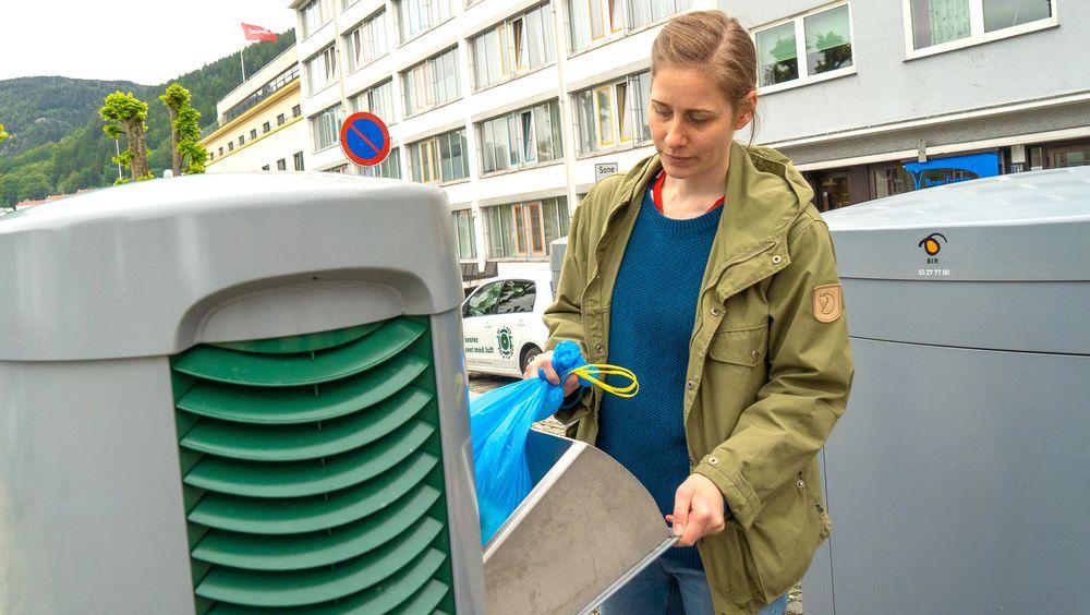 -Et veldig bra system, sier Gudrun Thorarensen mens hun kvitter seg med brukte bleier.