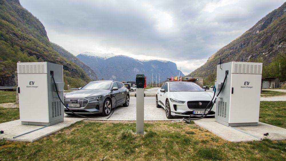 Audi E-Tron og Jaguar I-Pace lader i Aurland i Sogn og Fjordane.