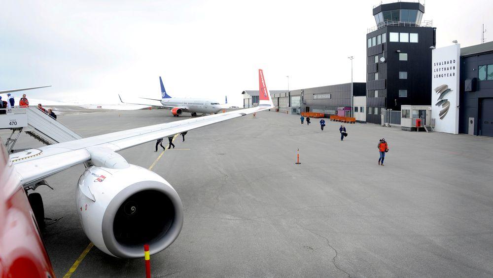 Det har vært økende flytrafikk til Svalbard de siste årene. Med alternativ energi vil utslippene fra flyplassen bli mindre.
