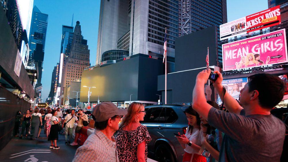 Skjermene på ikoniske Times Square ble mørklagt under strømbruddet lørdag kveld.