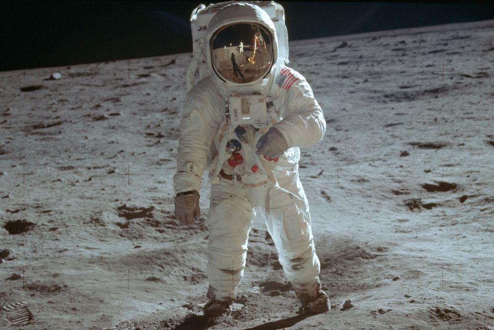Buzz Aldrin på månen. Fotografen er – naturlig nok – kollega Neil Armstrong, som man kan se speilet i visir på Aldrins hjelm.