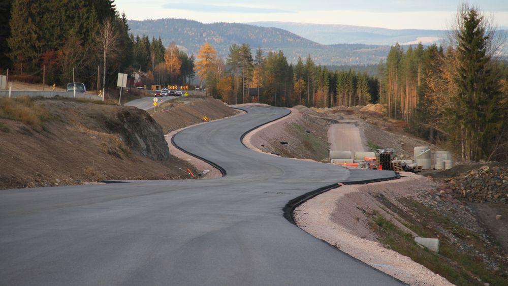 Mer klimavennlig asfalt skal få ned CO2-utslippene til Vegvesenet.