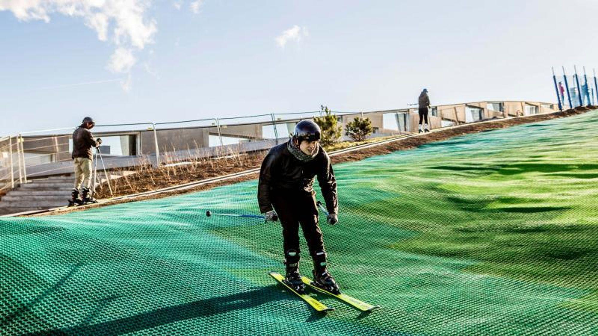 Ingeniørens journalist Niels Møller Kjemtrup prøvekjørte skibakken på taket av Amager Bakke allerede i februar. Nå satser Amager Bakke på å åpne i oktober.
