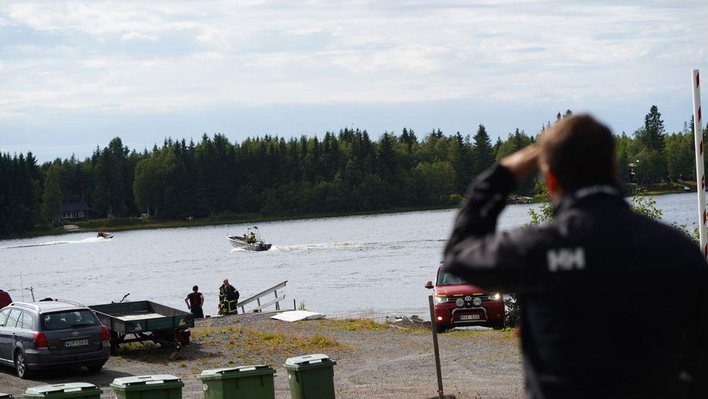 Redningstjenesten leter etter vrakdeler fra det forulykkede flyet ved Umeå.
