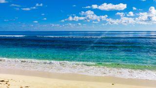 Hvorfor treffer bølgene alltid nesten vinkelrett på stranda?