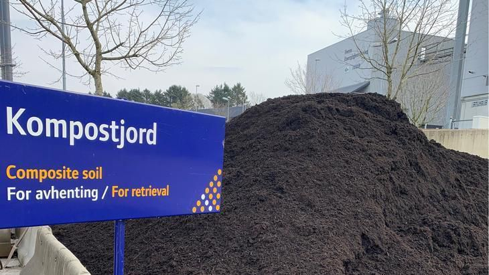 Komposteringsanlegget til IVAR på Hogstad er bøtelagt, og fire personer tiltalt for brudd på forurensningsloven ettersom påbudet om at ferdig kompost skal lagres innendørs på selskapets eiendom, er brutt.