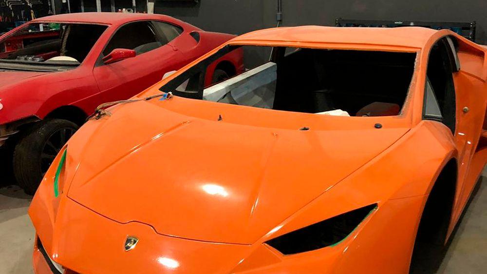 En halvferdig falsk italiensk sportsbil blir beslaglagt i Santa Catarina i Brasil etter at fabrikken ble stengt av politiet.