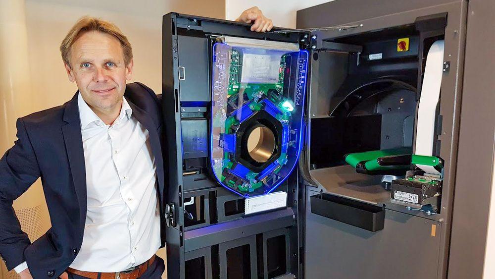 Avansert maskin: Geir Sæther ved Tomras nyeste generasjon returautomat med Flow Technology.
